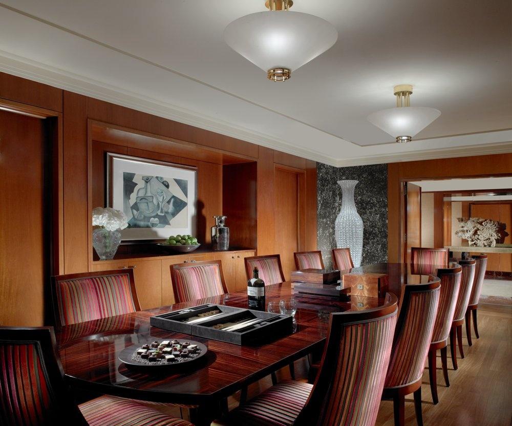 Khách sạn có phòng họp và trung tâm thể thao cho du khách, nhưng nếu ở khu phòng Royal Penthouse có phòng họp kiểu hoàng gia và phòng tập, thang máy và xe limo riêng.