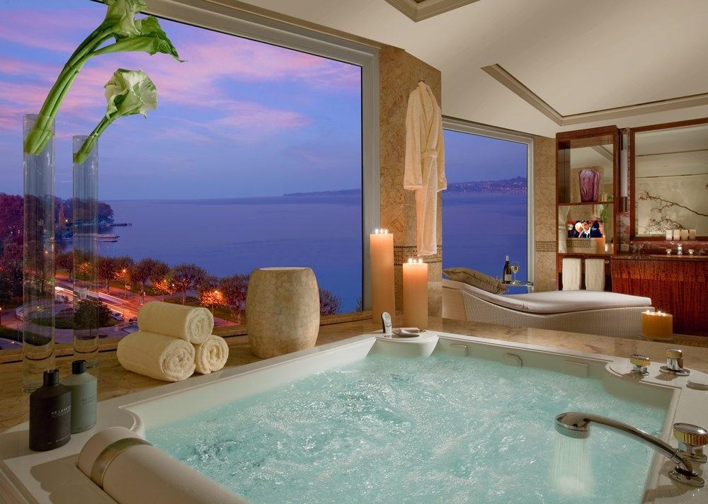 Phòng tắm được thiết kế trang nhã, sang trọng với bồn tắm cỡ lớn cùng các trang thiết bị cao cấp nhất.