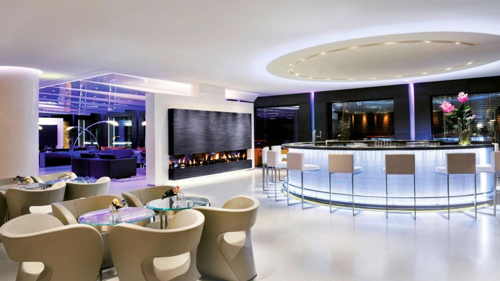 """Khách sạn đánh giá khu phòng Royal Penthouse là """"phòng khách sạn lớn và sang trọng nhất trên toàn thế giới"""". Tất nhiên, những ai muốn ở đây không thể đặt phòng qua mạng và chỉ biết giá chính xác khi liên hệ trực tiếp với khách sạn."""