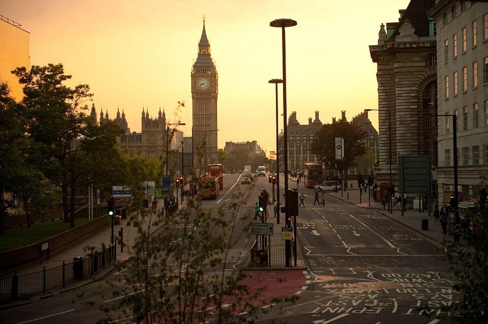 Theo chan James Bond trong phim bom tan 'Spectre' hinh anh 14 Các cảnh quay được thực hiện ở sông  Thames, Notting Hill, Camden, phía trong tòa thị chính London, vườn Covent, cầu Westminster, tháp Big Ben, cầu Vauxhall, cầu Millennium và điện Blenheim.