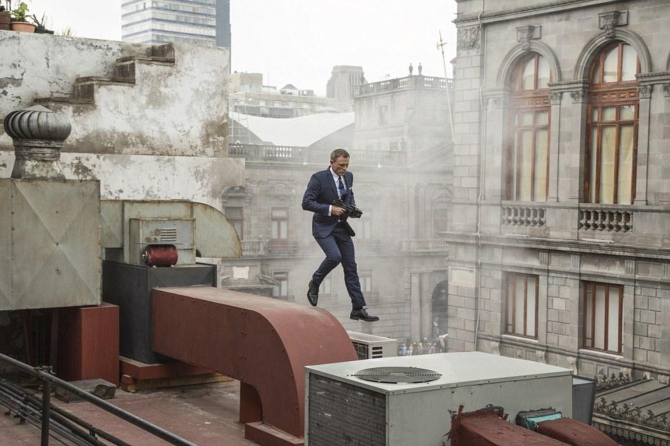 """Mexico: """"Spectre"""" mở đầu với cảnh Bond nhảy qua các mái nhà của Zocalo, với trực thăng bay phía trên."""