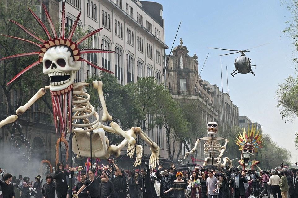 Theo chan James Bond trong phim bom tan 'Spectre' hinh anh 3 Lễ hội Ngày của người chết ở thành phố Mexico tạo ra phông nền rực rỡ sắc màu cho sự trở lại của Bond, khi anh đuổi theo Marco Sciarra (do Alessandro Cremona thủ vai) giữa lễ diễu hành.