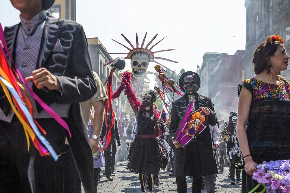 """Theo chan James Bond trong phim bom tan 'Spectre' hinh anh 5 """"Spectre"""" có các cảnh quay ở quảng trường Tolsa, Zocalo, khách sạn Ciudad Mexico và thành phố Mexico."""