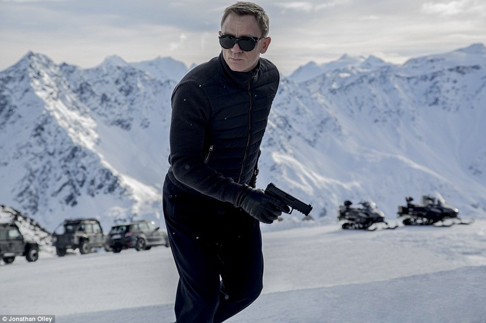"""Áo: Trái ngược với cái nóng ở Mexico, """"Spectre"""" có những cảnh quay ấn tượng ở vùng Solden tuyết phủ, với màn rượt đuổi bằng xe 4x4 và máy bay."""