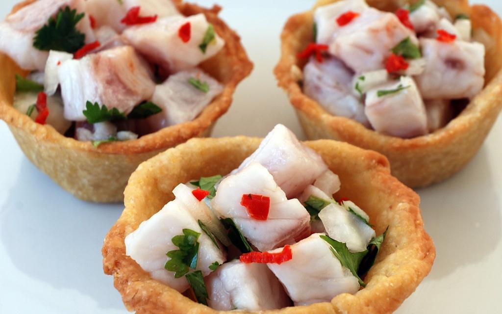 30 dac san nhin la them khap 5 chau (phan 2) hinh anh 11 Ceviche (Peru): Có từ thời Peru còn là thuộc địa của Tây Ban Nha, ceviche là món gỏi hải sản được nhiều du khách yêu thích. Cá tươi được thái miếng vừa ăn, ướp nước chanh, sau đó cho thêm hỗn hợp gia vị Aji, hành và muối.