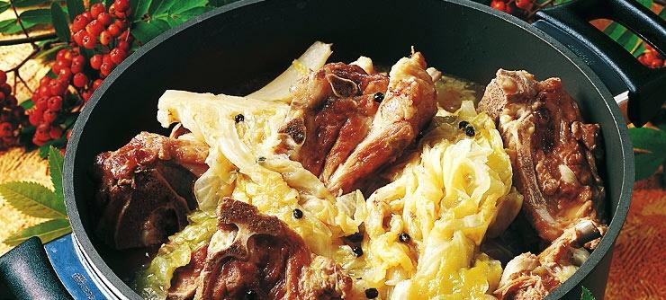 30 dac san nhin la them khap 5 chau (phan 2) hinh anh 15 Farikal (Na Uy):  Thịt cừu nguyên xương được hầm cùng bắp cải, sau đó dọn ra cùng khoai tây, bánh mì và mứt nam việt quất dại.  Ảnh: Visitnorway.