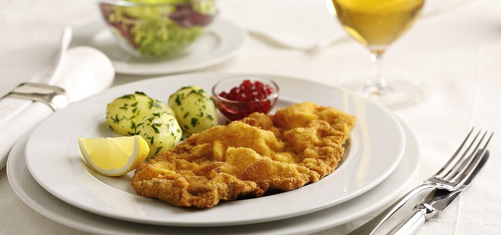 30 dac san nhin la them khap 5 chau (phan 2) hinh anh 1 Weiner Schnitzel (Áo): Có lịch sử từ những năm 1800, món ăn này gồm một miếng thịt bê thái lát to, mỏng, tẩm muối, bột, trứng và vụn bánh mì, rán cho tới khi có màu vàng nâu. Thịt bê thường được ăn kèm khoai tây và một miếng chanh, có lớp vỏ giòn và phần thịt bên trong chín mềm.