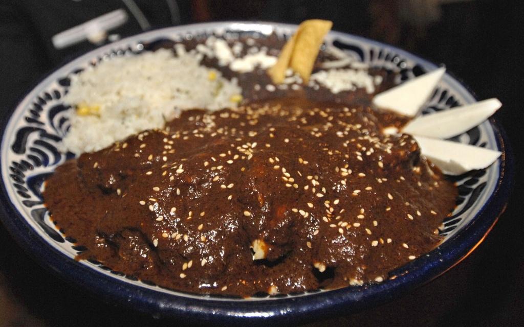 30 dac san nhin la them khap 5 chau (phan 2) hinh anh 2 Mole Poblano (Mexico): Nước sốt đặc trưng của ẩm thực Mexico được chế biến từ hơn 20 loại nguyên liệu, trong đó có 4 loại ớt, hành, các loại hạt và gia vị. Nước sốt này được dùng kèm nhiều món ăn Mexico.