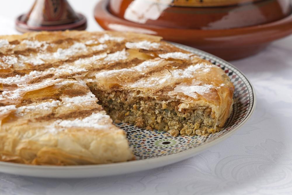 30 dac san nhin la them khap 5 chau (phan 2) hinh anh 3  Pastilla (Morocco): Thịt chim bồ câu non được băm nhỏ, trộn với hành, mùi tây và gia vị thành một loại sốt, sau đó cho vào trong lớp vỏ bột werqa và nướng chín. Với vị ngon đặc biệt kết hợp hoàn hảo giữa mặn và ngọt, pastilla thường được sử dụng làm món khai vị. Ảnh: Travelandescape.
