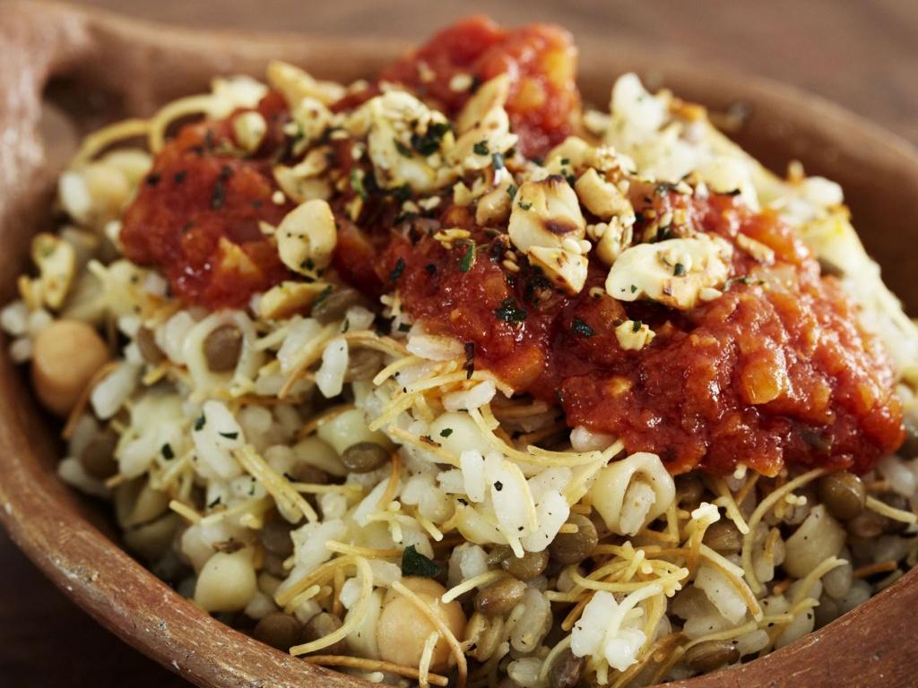 30 dac san nhin la them khap 5 chau (phan 2) hinh anh 7 Koshari (Ai Cập): Món ăn này bắt đầu phổ biến ở Ai Cập từ thế kỷ 19, là một cách để các gia đình tận dụng đồ ăn thừa. Cơm được trộn với mì ống, đậu lăng, thêm hành phi, gia vị và sốt cà chua.