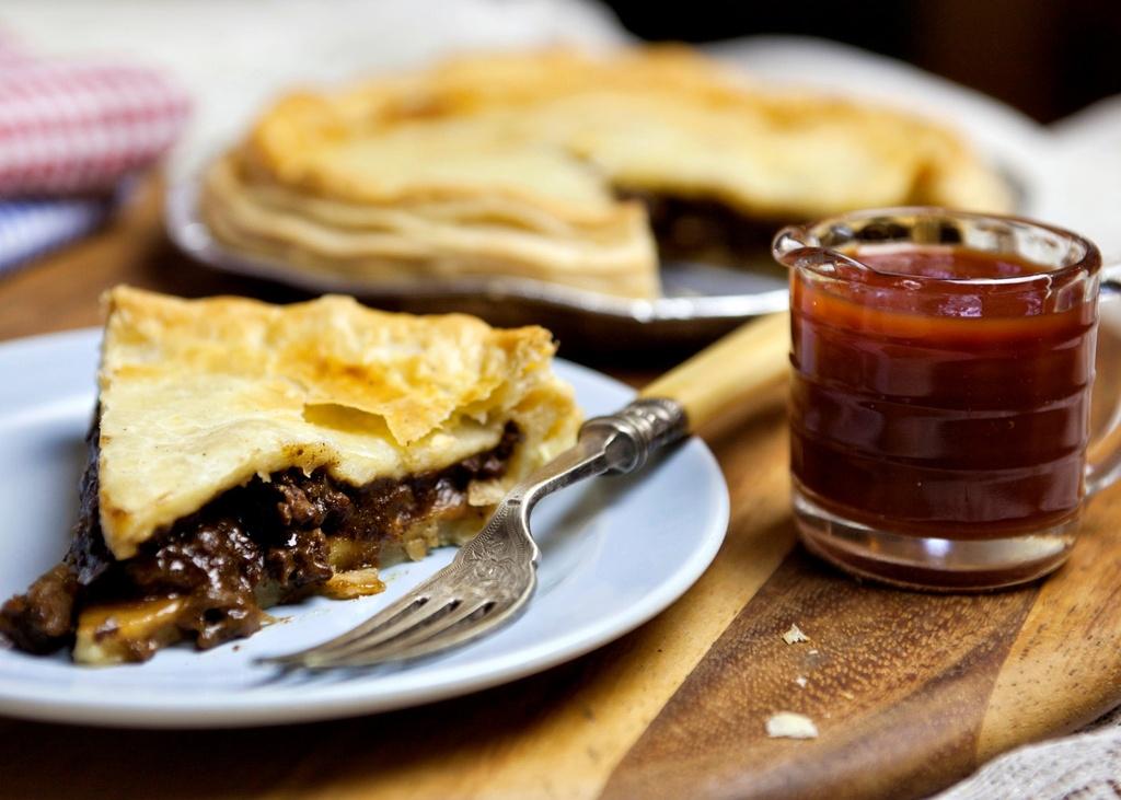 30 dac san nhin la them khap 5 chau (phan 2) hinh anh 9 Bánh nướng nhân thịt (Australia): Món ăn biểu tượng của Australia này gồm thịt băm nhỏ, trộn với hành, nấm hoặc phô mai, bọc vỏ bột và nướng cho tới khi vỏ ngoài vàng ruộm. Nhân thịt đậm đà và vỏ bánh giòn kết hợp thành một món ăn vừa ngon, vừa no bụng. Ảnh: Business Insider.
