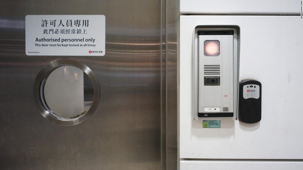 He thong tau do thi thu 2 ty USD mot nam cua Hong Kong hinh anh 9 Bất cứ ai vào trung tâm điều khiển đều phải qua một loạt kiểm tra an ninh và các cửa giám sát nghiêm ngặt. Ông Kam cho biết nơi đây giống như khu thần kinh trung ương của hệ thống tàu đô thị Hong Kong.