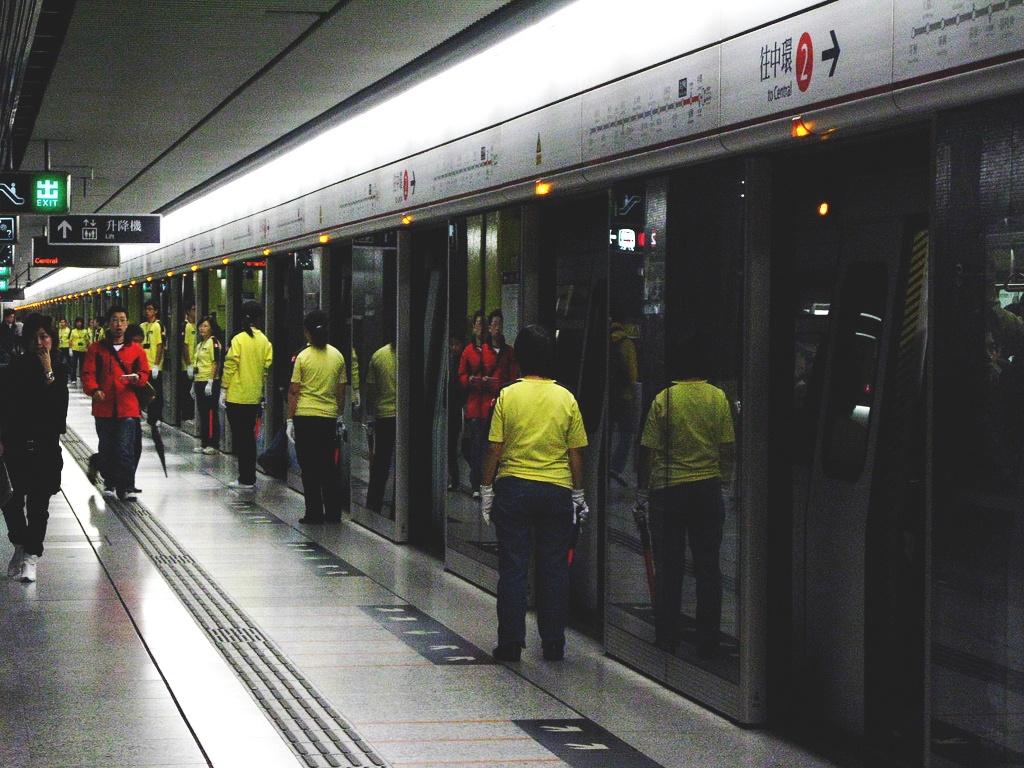 He thong tau do thi thu 2 ty USD mot nam cua Hong Kong hinh anh 12 MTR có nhiều chiến dịch cung cấp thông tin để đảm bao an toàn cho hành khách, như các biển hướng dẫn sử dụng thang máy, hay các chương trình phát thanh. Chính quyền cũng đề ra các quy định như hành khách không được mang chất dễ cháy nổ, không được chạy lên tàu khi cửa đang đóng. Nếu vi phạm, bạn sẽ bị phạt tiền hoặc thậm chí tống giam. Việc hút thuốc, ăn uống trên tàu hay các trạm chờ cũng bị cấm để đảm bảo vệ sinh. Ảnh: Urbantoronto.