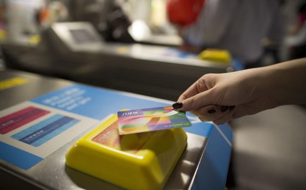 He thong tau do thi thu 2 ty USD mot nam cua Hong Kong hinh anh 11 Hành khách thường sử dụng thẻ Octopus để trả phí tàu. Loại thẻ này rất tiện lợi, không chỉ dùng được cho hệ thống MTR mà còn cho các phương tiện công cộng khác. Ngoài ra, thẻ còn tích hợp nhiều dịch vụ như trả phí đỗ xe, mua sắm, ra vào các tòa nhà. Ảnh: Scmp.