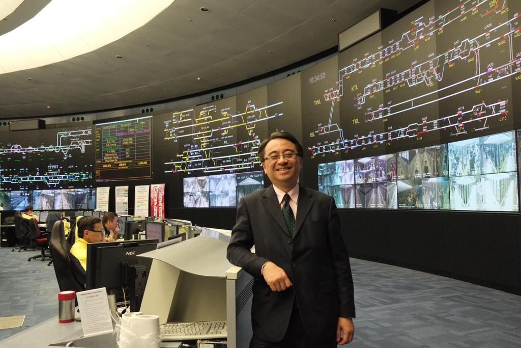 """He thong tau do thi thu 2 ty USD mot nam cua Hong Kong hinh anh 7 Super OCC cho phép ban quản lý giám sát tất cả các đường tàu từ một phòng duy nhất. Ông Jacob C. Kam, giám đốc công ty MTR, cho biết: """"Việc quản lý tất cả đường tàu từ một phòng điều khiển rất quan trọng, vì đây là một hệ thống liền mạch"""".  Ảnh: Straitstimes."""
