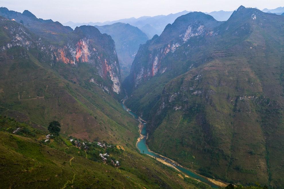 Nhung buc anh khien khach Tay muon den Viet Nam hinh anh 11 Hẻm núi hùng vĩ với dòng Nho Quế tuyệt đẹp ở Hà Giang.