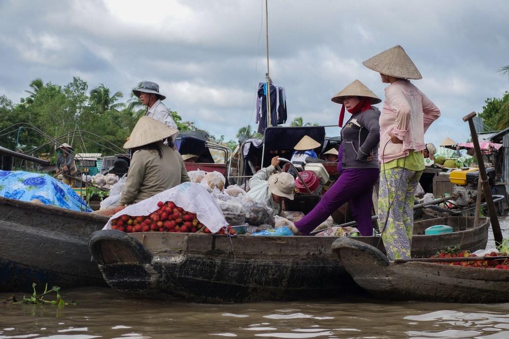 Nhung buc anh khien khach Tay muon den Viet Nam hinh anh 13 Bạn có thể mua đủ thứ ở những chợ nổi của đồng bằng sông Mekong.
