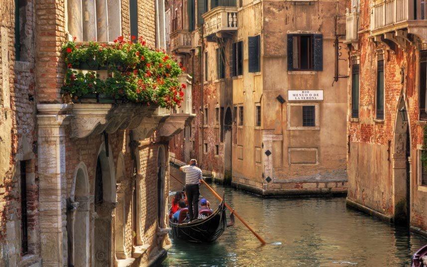 10. Dạo bước ở Venice, Italy: Những tàu du lịch cỡ lớn qua lại trên kênh Giudecca đã có ảnh hưởng trực tiếp và gián tiếp tới vấn đề lũ lụt ở Venice. Đồng thời, thành phố này cũng đang chìm dần, mực nước biển dâng cao khiến cho tình hình ngày một xấu đi.
