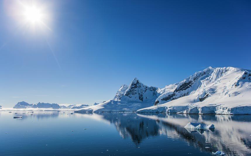 """3. Khám phá thế giới hoang dã Nam Cực: Chuyến đi tới vùng cực này được mô tả là """"trải nghiệm siêu thực nhất mà bạn có được trên trái đất, giống như một chuyến bay tới mặt trăng"""". Điều đáng tiếc là việc đánh bắt quá mức một số loài động vật, ô nhiễm đất, cho nước thải xuống biển và xả rác bừa bãi đã khiến nơi này mất đi vẻ nguyên sơ, hoang dã."""