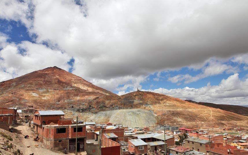 4. Tham quan hầm mỏ ở Potosí, Bolivia: Cerro Rico là một trong những mỏ bạc chính ở Bolivia, được công nhận là Di sản thế giới. Du khách ưa mạo hiểm có thể đăng ký tour tham quan các mỏ đang hoạt động. Nơi này đang cần sự bảo vệ khẩn cấp để cải thiện tình trạng làm việc của thợ mỏ cũng như ngăn chặn các hư hại.