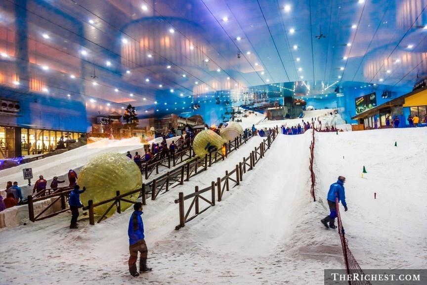 9 cach nem tien qua cua so o Dubai hinh anh 2 Trượt tuyết ở Mall Of The Emirates: Ski Dubai là khu trượt tuyết trong nhà lớn nhất thế giới, với diện tích lên tới 22.500 m2, với đầy đủ sườn dốc, cáp treo. Du khách có thể thỏa thích chơi đùa trên tuyết giữa một vùng đất sa mạc.