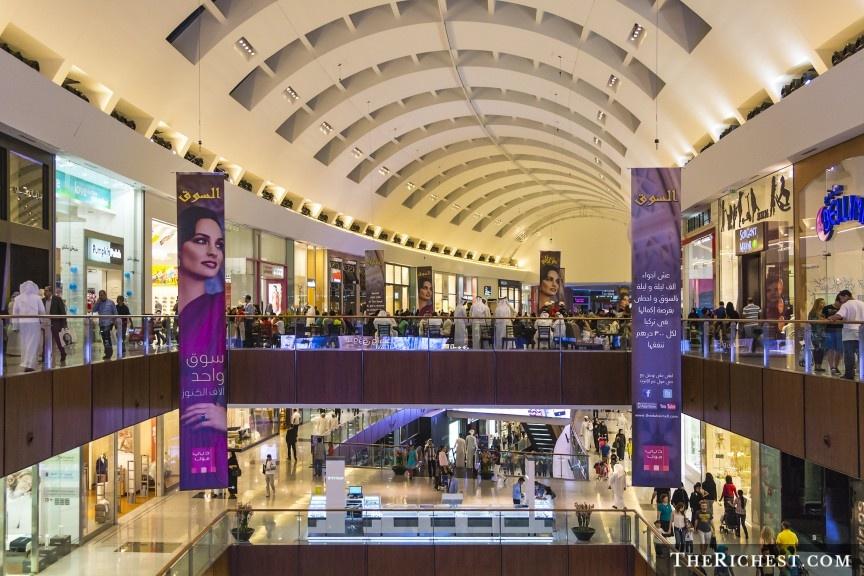 """9 cach nem tien qua cua so o Dubai hinh anh 5 Mua sắm ở Dubai Mall: Khu tổ hợp mua sắm khổng lồ này có tới hơn 12.000 cửa hàng, trong đó có nhiều thương hiệu lớn trên thế giới. Với những tín đồ thời trang, đây là cơ hội để """"tậu"""" các món đồ hàng hiệu mới nhất. Dubai Mall còn có bể thủy sinh, vườn thú dưới nước, khu trượt băng và nhiều điểm tham quan thú vị khác."""