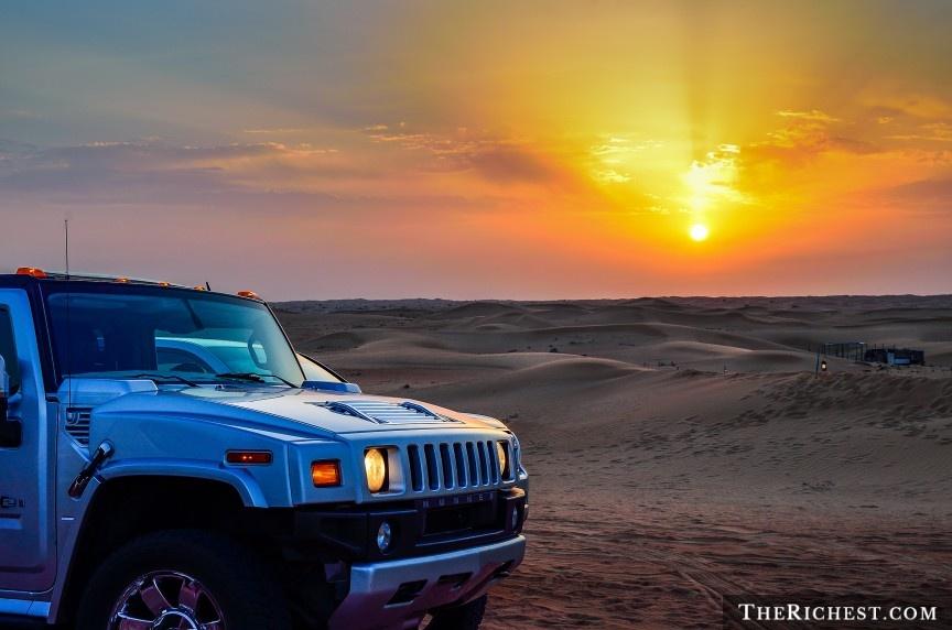 """9 cach nem tien qua cua so o Dubai hinh anh 9 Đăng ký tour hạng sang khám phá sa mạc Dubai: Nghĩ tới sa mạc, người ta thường nghĩ tới một nơi nóng, khô và chẳng có gì thú vị. Tuy nhiên, một chuyến đi tới vùng hoang vu của Dubai sẽ khiến bạn thay đổi suy nghĩ. Du khách sẽ được cưỡi lạc đà, lái xe Bentley vượt cồn cát, bay trên khí cầu, đi xe jeep tới một ốc đảo để trải nghiệm một đêm như trong """"Nghìn lẻ một đêm"""" với rượu ngon, đồ ăn thượng hạng và những vũ điệu quyến rũ."""