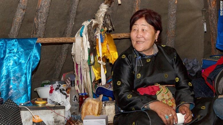 Bo toc chan tuan loc cuoi cung cua Mong Co hinh anh 8 Bà Enkhatuya là pháp sư trưởng của một nhóm nhỏ người Dukha tới sống cạnh hồ Khovsgol, với mong muốn thu được lợi nhuận từ du lịch. Bà tiếp xúc với những du khách tò mờ tới từ khắp nơi trên thế giới.
