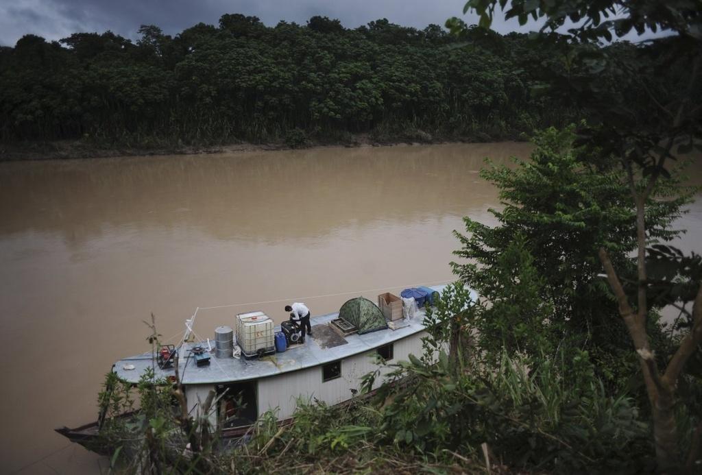 Cuoc song chat vat cua con nguoi trong rung Amazon hinh anh 18 Khai thác mỏ cũng làm ô nhiễm sông suối do thủy ngân dùng để đãi vàng rò rỉ xuống nước. Lượng chất độc này sẽ nhanh chóng thâm nhập vào chuỗi thức ăn.