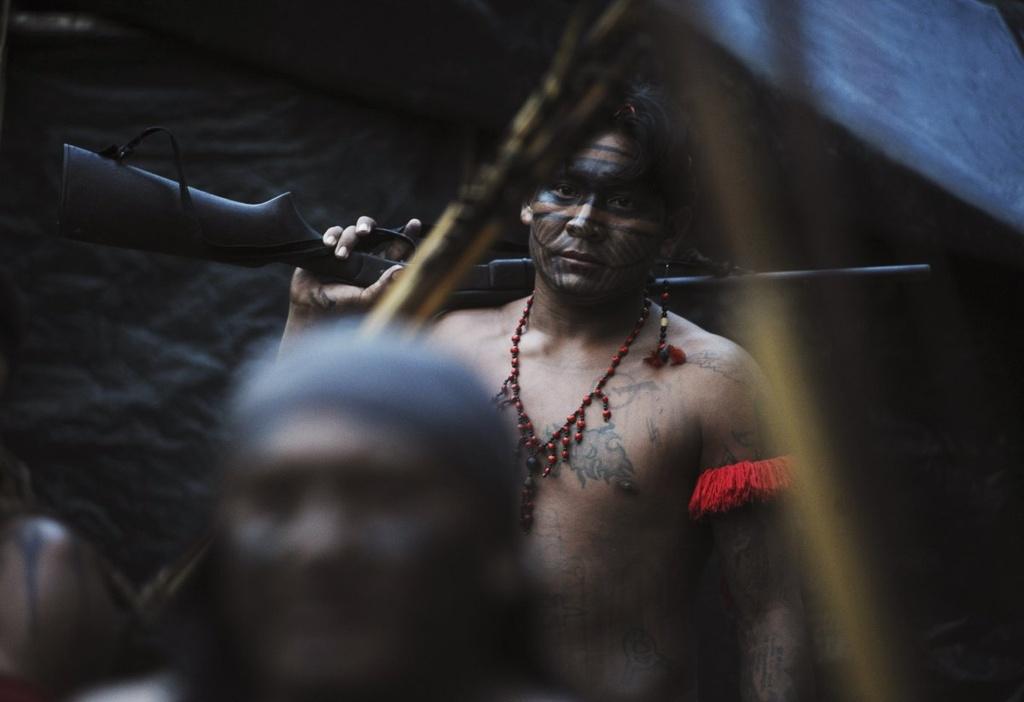 Cuoc song chat vat cua con nguoi trong rung Amazon hinh anh 8 Trong những năm gần đây, súng đã dần thay thế các vũ khí thô sơ như ống xì đồng, lao và tên tẩm thuốc độc.