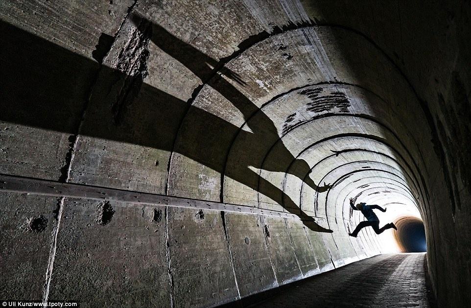 Giải Khoảnh khắc ánh sáng thuộc về Uli Kunz (Đức), ghi lại bóng một người đàn ông đang nhảy xuống in trên tường hầm ở Heligoland, Bắc Hải.