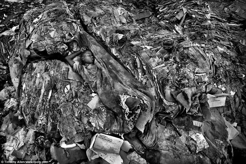 Timothy Allen (Anh) đã đoạt giải ở mục Đơn sắc với tác phẩm cho thấy một lát cắt ám ảnh của cuộc sống tại bãi rác thuộc Mombasa, Kenya.