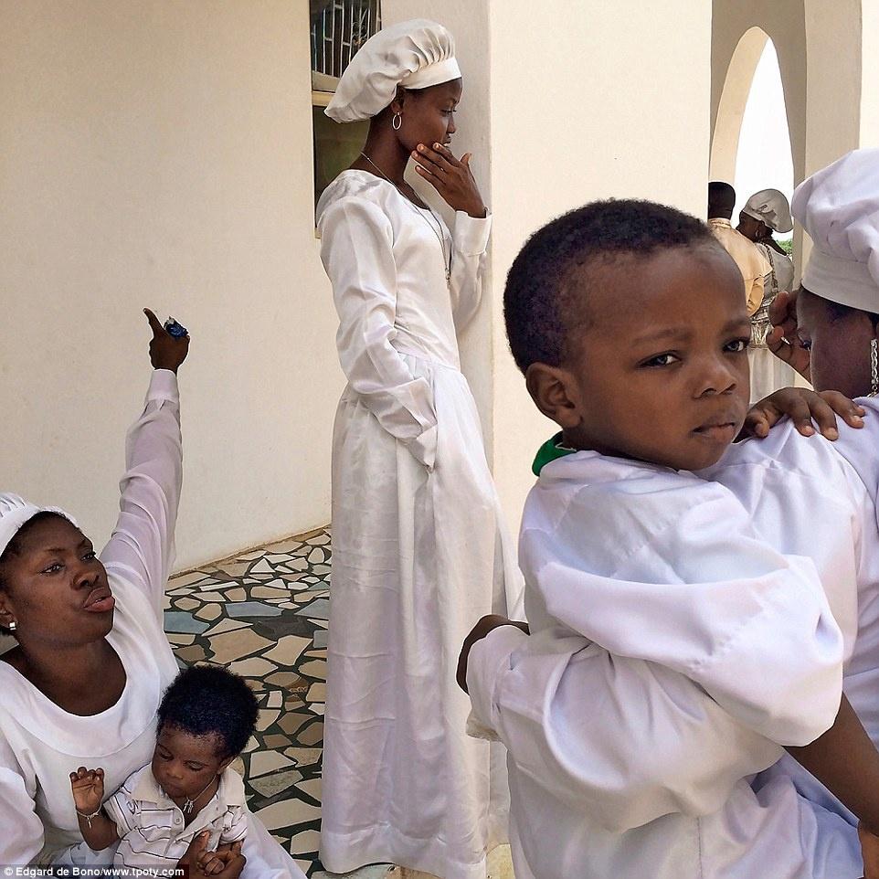 Giải ảnh đẹp nhất chụp bằng điện thoại thuộc về tác giả Edgard de Bono (Italy), thể hiện nhiều sắc thái của người dân thành phố Benin, Nigeria.