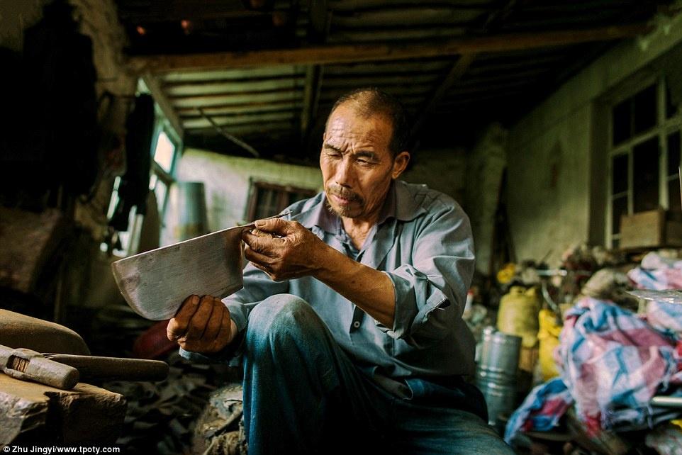 Người chiến thắng ở mục Văn hóa đường phố là nhiếp ảnh gia Zhu Jingyi (Trung Quốc) với bức ảnh chụp một thơ rèn tại Giang Tô, Trung Quốc.