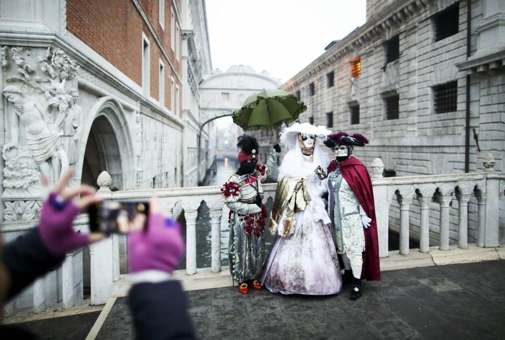 Venice song lai thoi hoang kim trong le hoi mat na hinh anh 16