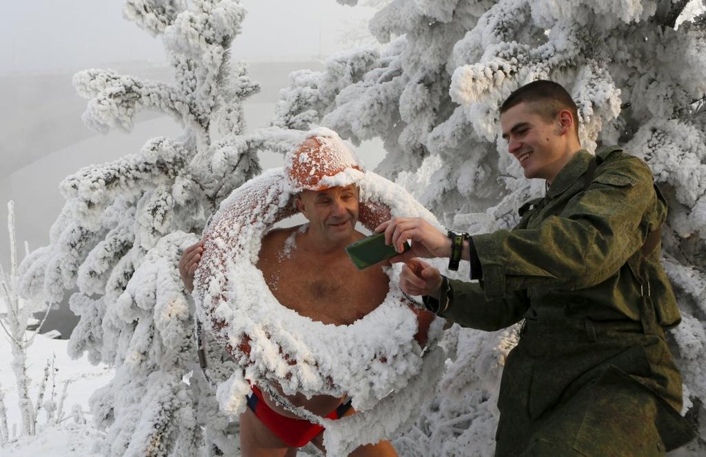 Nguoi Siberia tam nuoc lanh cong giua troi am do hinh anh 4