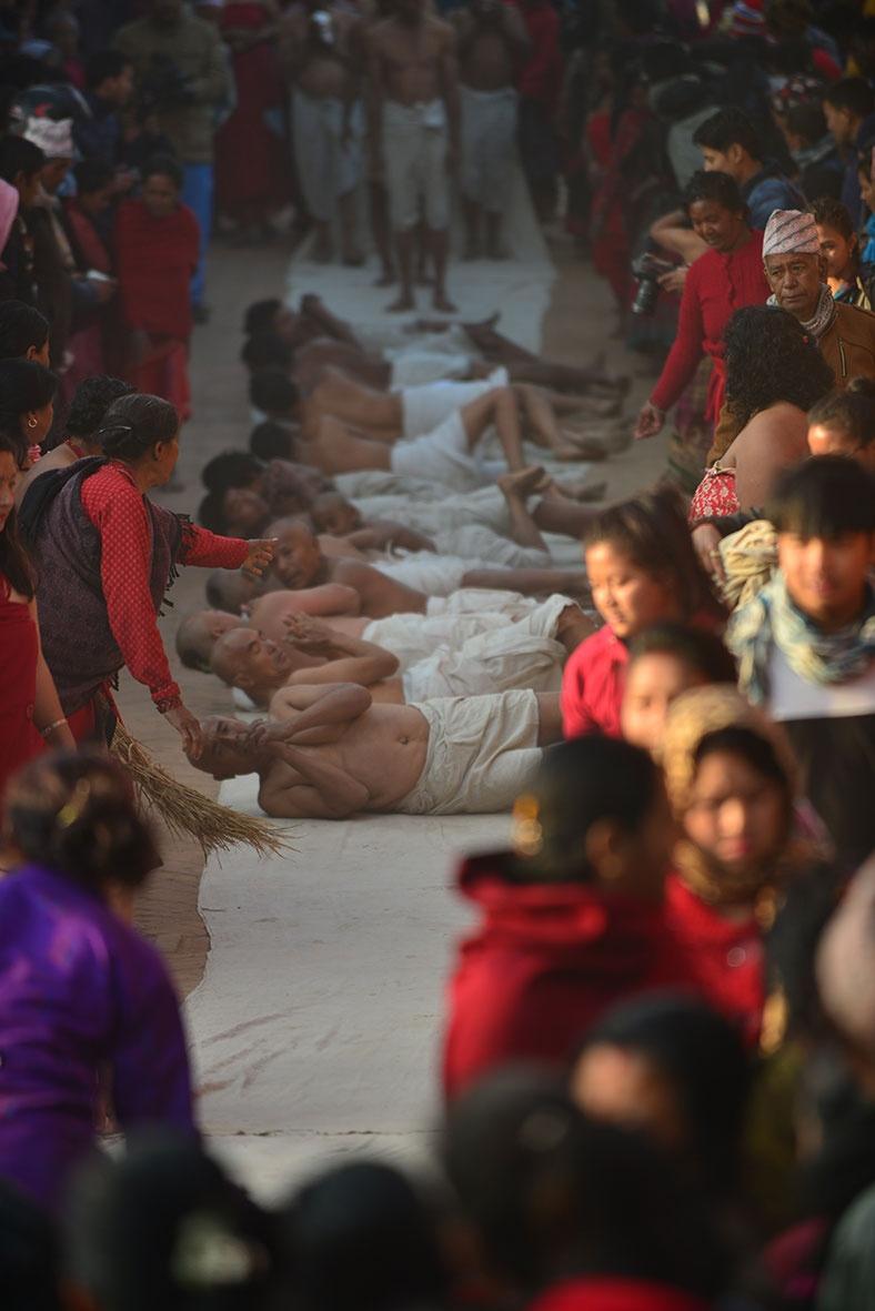 Ngam minh duoi song, cau nguyen trong le hoi o Nepal hinh anh 12