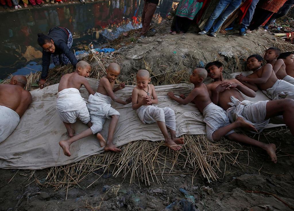 Ngam minh duoi song, cau nguyen trong le hoi o Nepal hinh anh 13