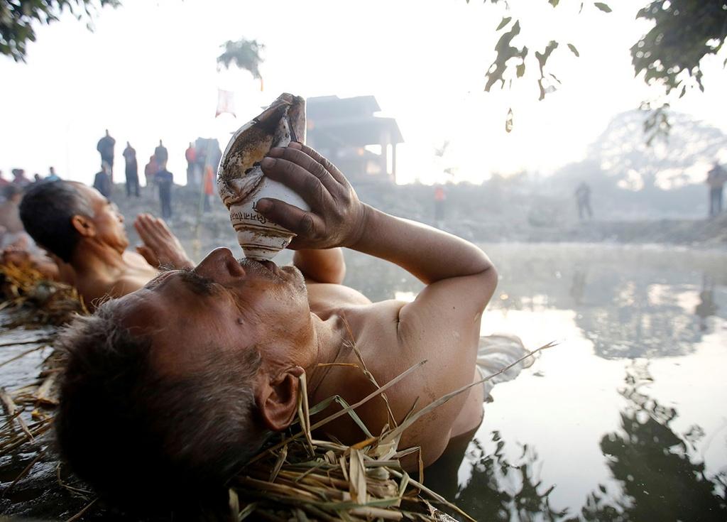 Ngam minh duoi song, cau nguyen trong le hoi o Nepal hinh anh 4