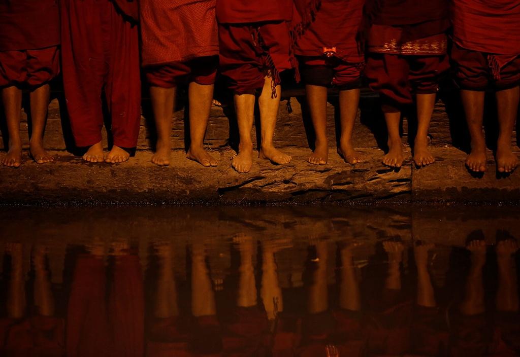 Ngam minh duoi song, cau nguyen trong le hoi o Nepal hinh anh 6