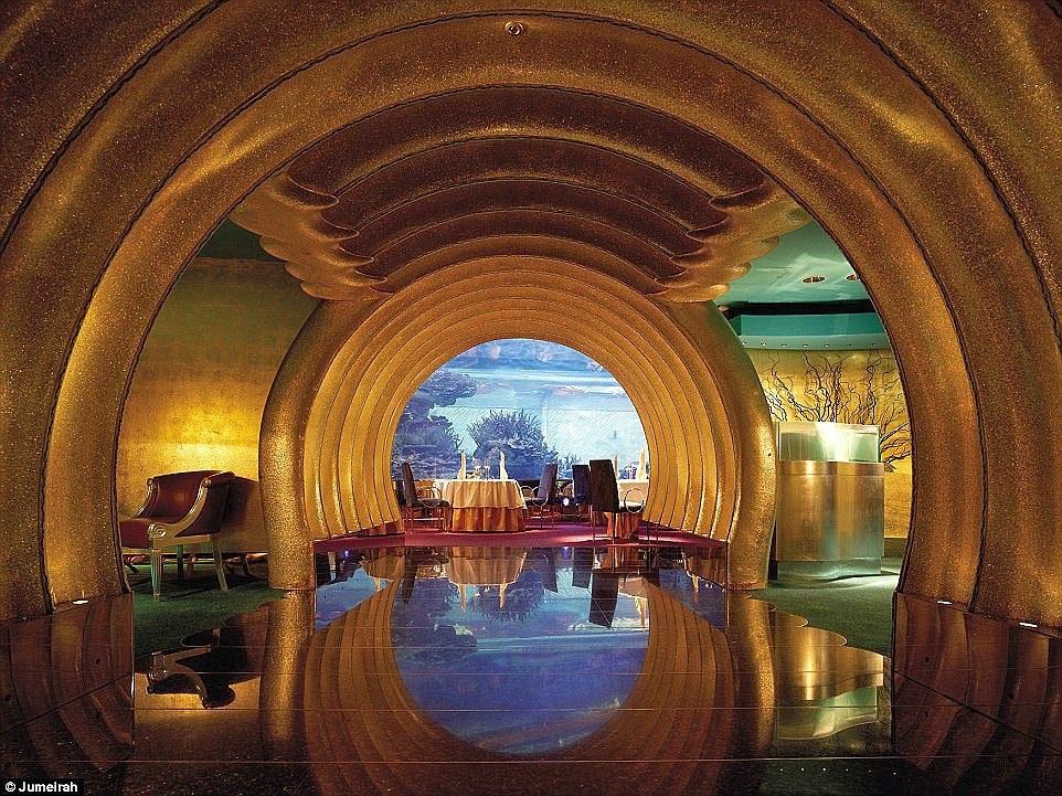 Ben trong khach san Dubai 7 sao 'quyen luc' nhat mang xa hoi hinh anh 12