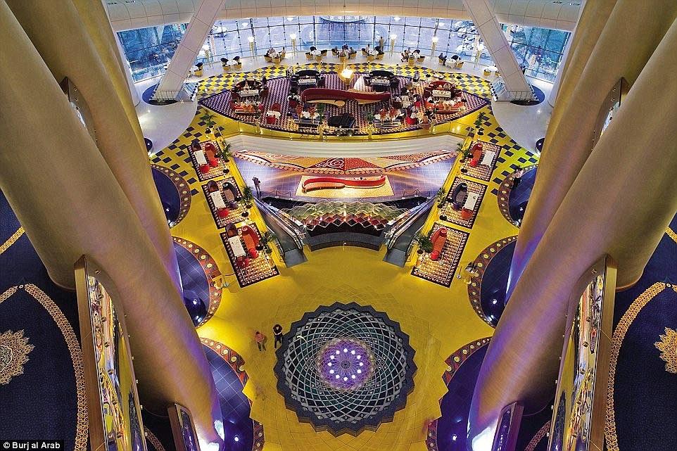 Ben trong khach san Dubai 7 sao 'quyen luc' nhat mang xa hoi hinh anh 6