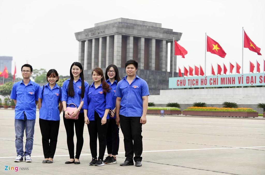 Nguoi dan xep hang vao lang vieng Chu tich Ho Chi Minh hinh anh 4