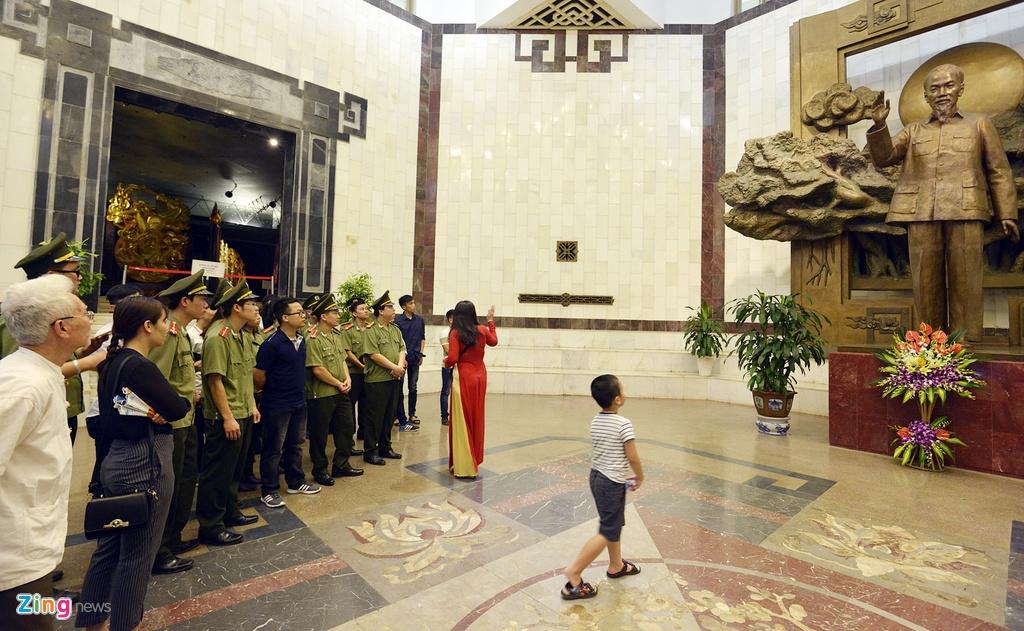 Nguoi dan xep hang vao lang vieng Chu tich Ho Chi Minh hinh anh 7