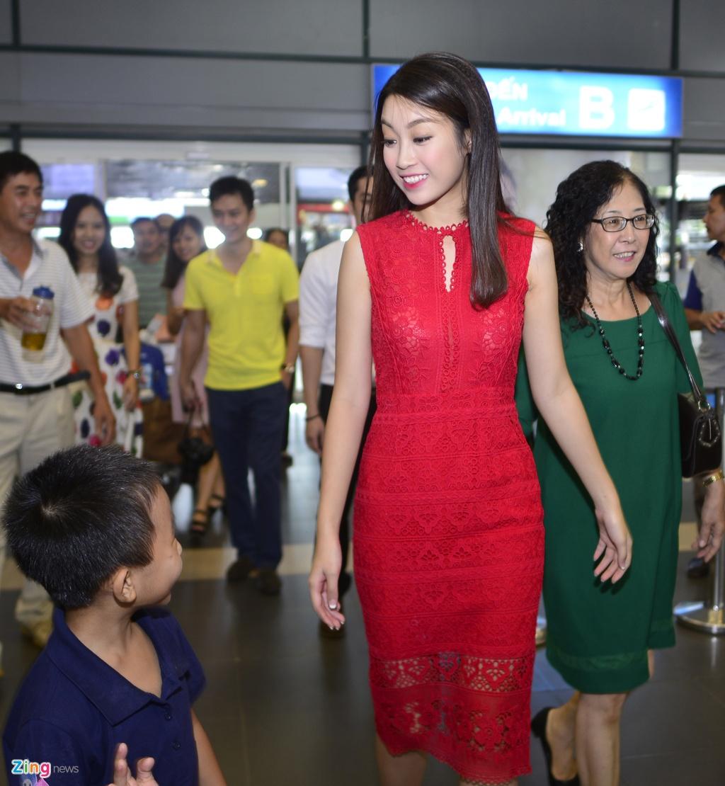 Hoa hau Do My Linh duoc chao don tai san bay Noi Bai hinh anh 1