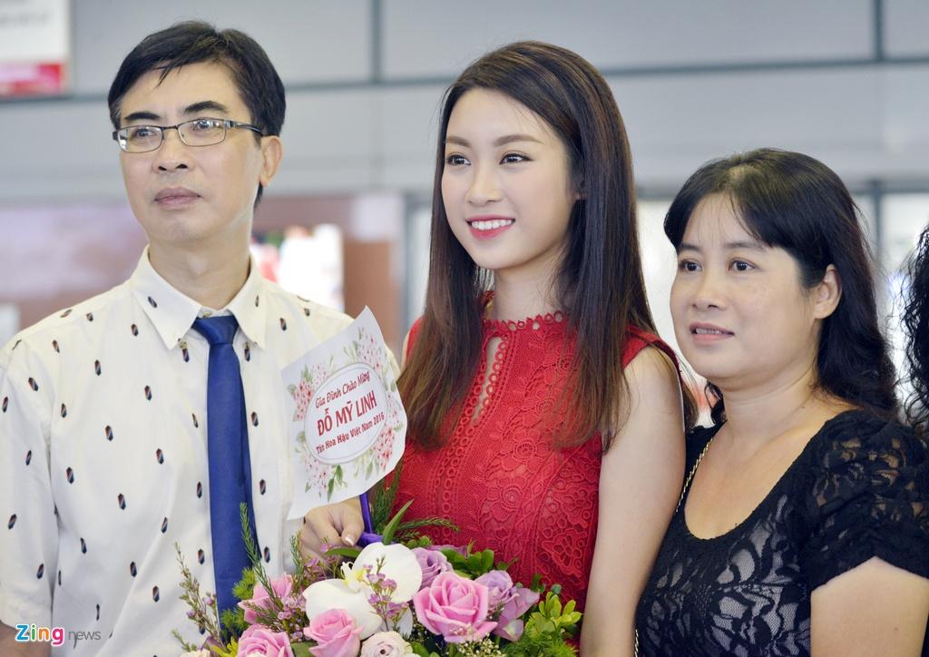 Hoa hau Do My Linh duoc chao don tai san bay Noi Bai hinh anh 2