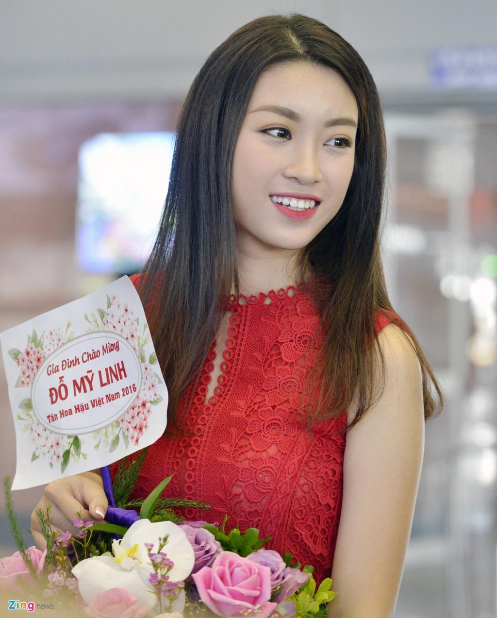 Hoa hau Do My Linh duoc chao don tai san bay Noi Bai hinh anh 3