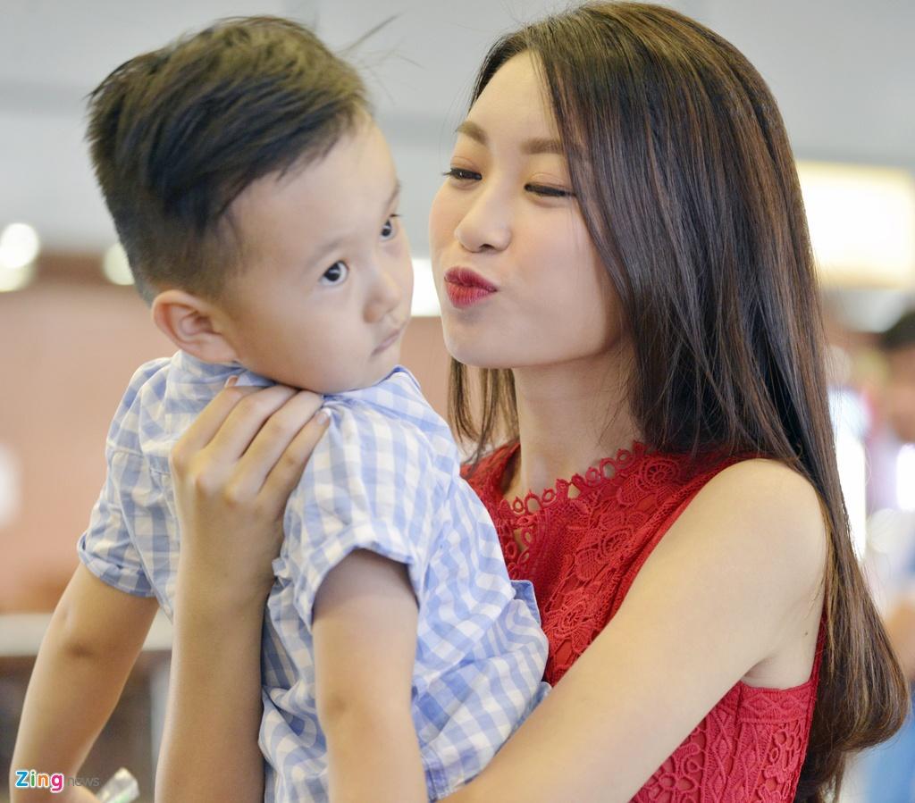 Hoa hau Do My Linh duoc chao don tai san bay Noi Bai hinh anh 5