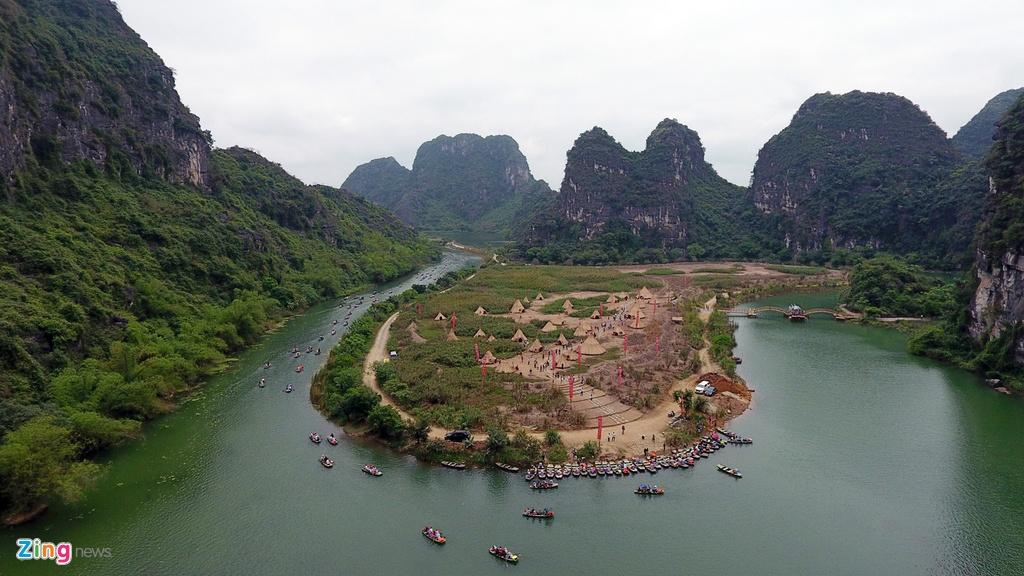 Cận cảnh ngôi làng của thổ dân trong phim Đảo đầu lâu