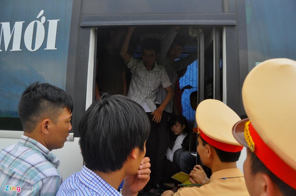 Nhoi nhet 93 hanh khach tren xe 29 cho ngoi hinh anh 3